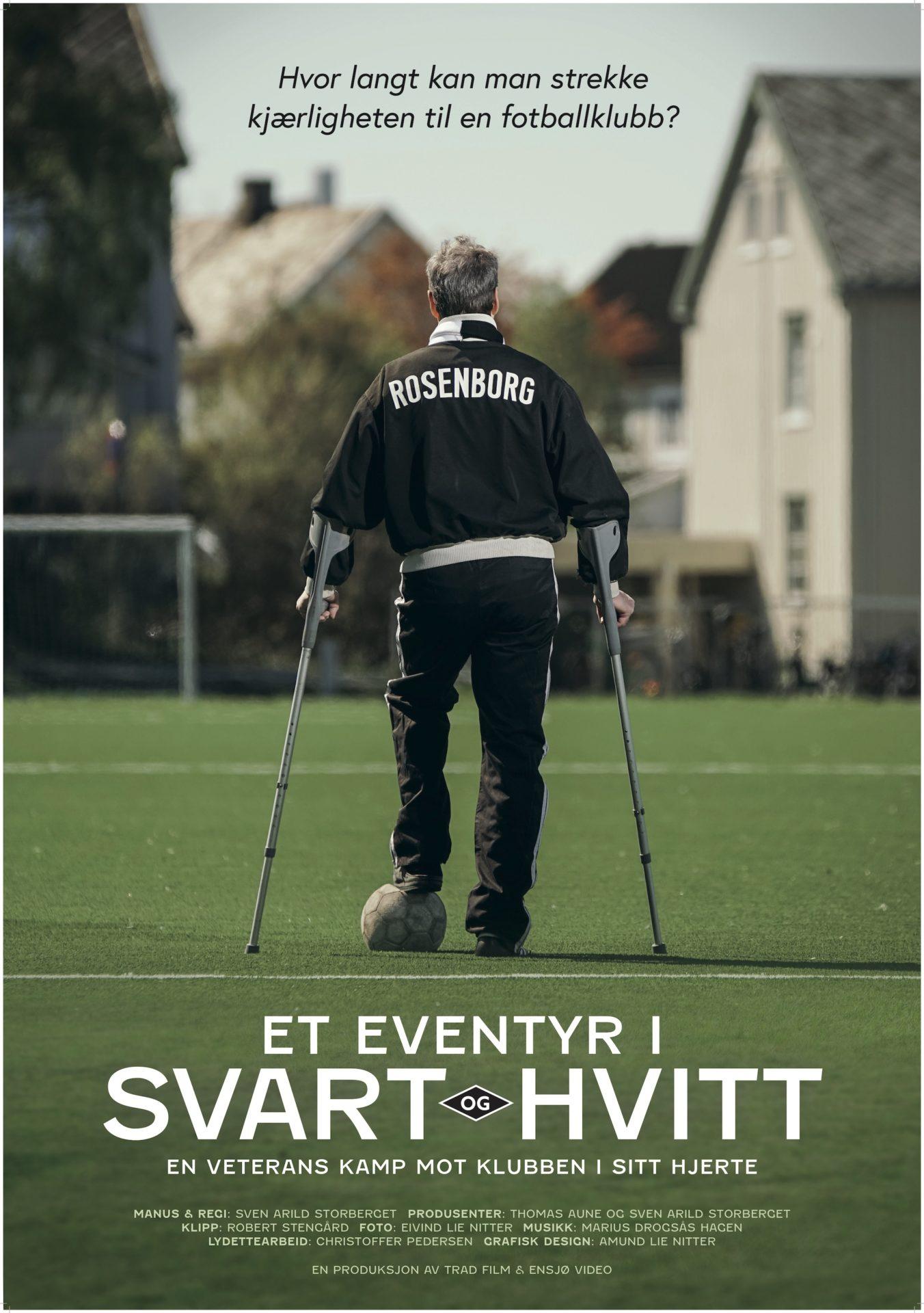 Filmplakat, Et eventyr i svart og hvitt. En mann med krykker og Rosenborg-genser står på en fotballbane med ryggen vendt fra oss.