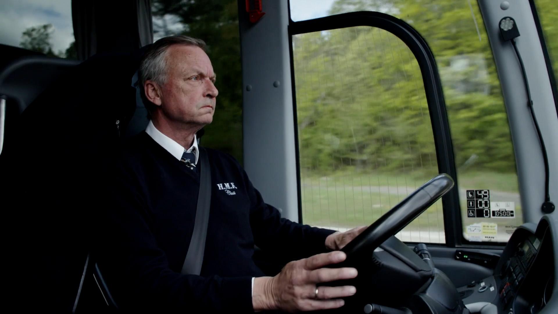 En busssjåfør bak rattet